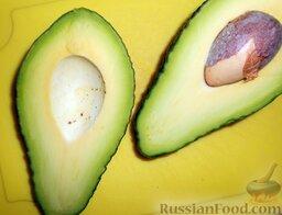 """Роллы """"Калифорния"""" с кунжутом: Тем временем приготовить начинку.  Авокадо необходимо разрезать пополам. Лучше, конечно, выбирать спелый авокадо, но я взяла какой был. Чем темнее авокадо, тем он спелее. Но не нужно покупать слишком темный плод, он может быть испорчен."""