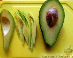 """Роллы """"Калифорния"""" с кунжутом: Авокадо очистить от грубой кожуры и нарезать.  Если у вас нет авокадо, это не проблема. Можно заменить огурцом."""