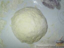 """Быстрая """"пицца"""" на сковороде: В муку добавить соль, сахар, соду. Если дома имеется разрыхлитель, добавьте  и его.  Перемешайте, влейте масло и воду. Замесите тесто. Оно должно быть не тугим и не очень уж мягким. Если время не поджимает, дайте тесту немного постоять."""