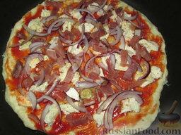 """Быстрая """"пицца"""" на сковороде: Выложить любую начинку. У меня фиолетовый лук и сырокопченая нарезка. Можно использовать грибочки и ветчину, или овощи гриль, тунец. Все, что угодно, главное не использовать много начинки, иначе пицца не пропечется."""