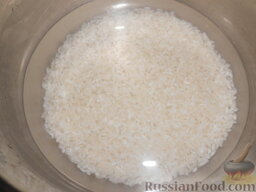 Урамаки-роллы с семгой и икрой мойвы: Залить рис холодной водой (следуйте пропорции: на 1 стакан риса - 1,5 стакана воды).   Поставить на большой огонь, накрыть крышкой и довести до кипения. Затем варить 10 минут на маленьком огне. Спустя время включить большой огонь на 10 секунд, а затем снять с огня и оставить на минут 5. За время варки крышку не открывать.