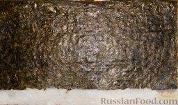 Урамаки-роллы с семгой и икрой мойвы: Перевернуть лист нори глянцевой стороной кверху.