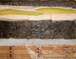 Урамаки-роллы с семгой и икрой мойвы: Выложить сливочный сыр и авокадо.
