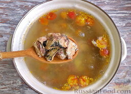Суп из консервированной сардины, с помидорами: Следом высыпать сардины. Разламывать их не нужно, они должны быть максимально целые. Также вылить в кастрюлю всё масло, в котором они находились.