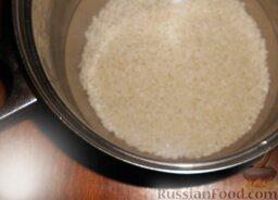 Роллы с мидиями и авокадо: Залить рис холодной водой, исходя из пропорции 1 стакан риса на каждые 1,5 стакана воды.   Накрыть кастрюлю крышкой. Поставить на огонь. Довести до кипения. Затем огонь следует уменьшить до самого маленького, и варить 10 мин.   Спустя 10 минут включить большой огонь примерно на 10 секунд. Рис готов! Снять с огня и отставить на 5 минут.
