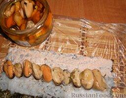 Роллы с мидиями и авокадо: Затем выложить мидии.