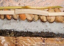 Роллы с мидиями и авокадо: Следом - авокадо и плавленный сырок.  Смочить водой свободную от риса полоску листа, чтобы ролл хорошо заклеивался.