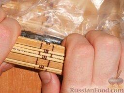 Роллы с мидиями и авокадо: Взять верхний край бамбукового коврика и завернуть ролл. Старайтесь придерживать начинку. После завернуть циновку с другой стороны. Можно отодвинуть немного ролл от себя и опять завернуть. Выбирайте удобный для вас способ.