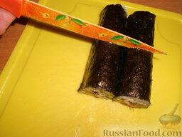 Роллы с мидиями и авокадо: Разрезать роллы на порционные кусочки. Следует немного смочить острый нож водой и разделить на 8 ровных частей.