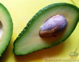 Роллы с мидиями и авокадо: Разрезать авокадо на 2 части. Старайтесь выбирать спелый авокадо. Для приготовления роллов лучше всего взять авокадо с зеленой кожурой, так как в спелом виде у них более твердая мякоть, чем у авокадо с темной кожурой.