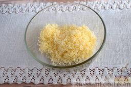 Салат из мидий, с гранатом: Измельчаем молочный продукт с помощью кулинарной терки. Выкладываем массу в стеклянную креманку.