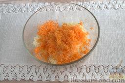 Салат из мидий, с гранатом: Очищаем оранжевый плод от кожуры и шинкуем его, вводим к заготовке для салата.
