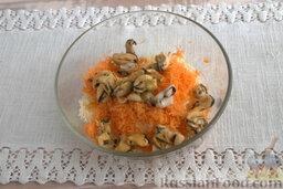 Салат из мидий, с гранатом: Добавляем в массу вареные мидии, с помощью кулинарной лопатки перемешиваем салат.