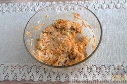 Салат из мидий, с гранатом: Насыпаем рекомендованное количество соуса, доводим смесь до однородности.