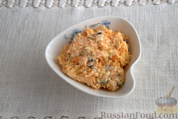 Салат из мидий, с гранатом: Выкладываем салат из мидий в креманку.