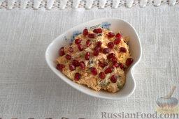 Салат из мидий, с гранатом: Посыпаем готовое блюдо зернами граната.