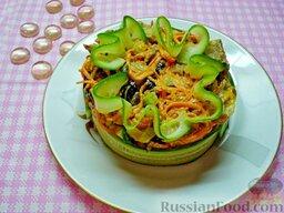 Салат со свиным языком: Салат со свиным языком готов. Осталось выложить его в салатник, украсив какими-либо компонентами, входящими в состав салата.