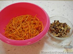 Салат со свиным языком: Морковь натереть соломкой.
