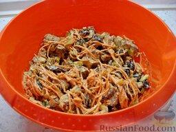 Салат со свиным языком: Соединить свиной язык, морковно-грибную смесь, чернослив и огурцы. Сдобрить все майонезом.