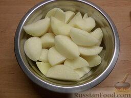 Утка по-украински: Почистить и вымыть картофель, разрезать на 4 части.