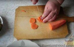 Рассольник с консервированным лососем: Нарезаем морковь соломкой.