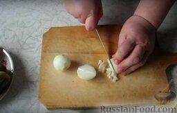 Рассольник с консервированным лососем: Нарезаем мелким кубиком лук репчатый.