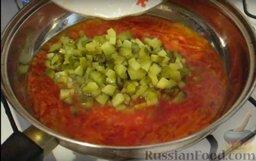 Рассольник с консервированным лососем: На сковороде в растительном масле обжариваем лук и морковь.   После того, как морковь и лук обжарятся, добавляем томатную пасту, огурцы и доливаем 0,5 стакана воды, оставляем тушиться на 15 минут.