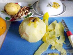 Фруктовый салат: Плод айвы ножом очистите от кожицы.