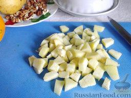 Фруктовый салат: Разрежьте айву на части, удалите сердцевину с семенами и измельчите мякоть на небольшие кусочки.