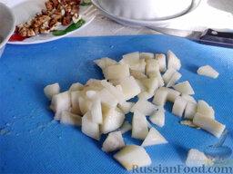 Фруктовый салат: Грушу тоже очистите и порежьте кусочками.