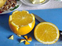 Фруктовый салат: Срежьте верхушку у апельсина. Край среза можно вырезать в виде зубчиков.