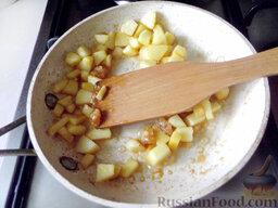 Фруктовый салат: Помешивайте сахар до тех пор, пока он растает. После этого выжмите из апельсиновой мякоти 2 ст.л. сока и влейте его в растаявший сахар на сковороде, всыпьте кусочки айвы и, помешивая, жарьте две минуты.