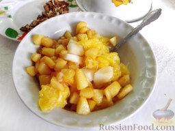 Фруктовый салат: Карамелизированные кусочки айвы смешайте с грушей и апельсином.