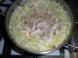 Борщ на курином бульоне: Когда курица будет готова, вытащить ее, снять мясо с кости. В бульон добавить сперва картофель, нарезанный брусками либо квадратиками. После закипания добавить капусту и курицу. Варить до готовности картофеля и капусты.