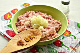 Бифштекс из свинины: Время для специи. Заявленные специи добавляем в фарш.