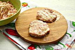 Бифштекс из свинины: Далее смазываем чистые руки растительным маслом, чтобы сформировать из сочного фарша круглые приплюснутые котлеты.