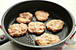 Бифштекс из свинины: Нагреваем сковороду, обжариваем наши круглые бифштексы так, чтобы получилась корочка.