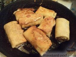 Налистники с курицей: Разогреть сковороду со сливочным маслом. В горячем масле на среднем огне обжарить блинчики с двух сторон до золотистости (по 1 минутке с каждой стороны).