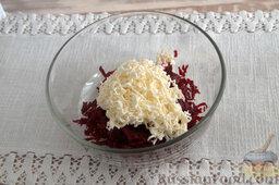 Салат со свеклой и изюмом: Измельчаем плавленый сырок, выкладываем его в миску (используем только качественный молочный продукт).
