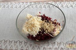 Салат со свеклой и изюмом: Добавляем измельченные орехи или семечки.