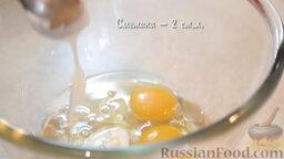 Пиде с сыром и яйцом: Два яйца смешать с растительным маслом и сметаной.