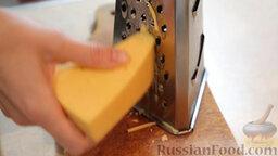 Пиде с сыром и яйцом: Натереть на терке сыр.