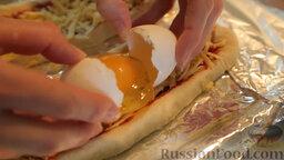 Пиде с сыром и яйцом: Выбить по одному яйцу в каждый пиде.