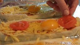 Пиде с сыром и яйцом: Выложить сверху нарезанные помидоры.