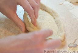 Пиде с сыром и яйцом: Сформировать тесто в форме лодочки-пиде.