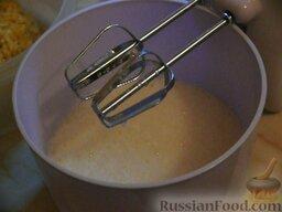 Банановые блинчики: В ёмкость влить молоко и добавить подготовленные бананы, перемешать миксером.