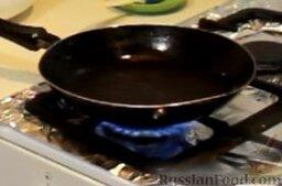 Блинчики с курицей карри в сливочном соусе: Тем временем на большом огне сильно разогреваем сковороду, при необходимости смазываем ее маслом.