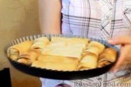 Блинчики с курицей карри в сливочном соусе: Выкладываем блины в один ряд в огнеупорную форму.