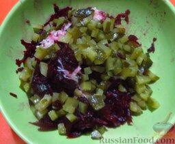 Салат из свеклы и соленых огурчиков, с чесноком: Смешайте свеклу с чесноком и огурчиками.