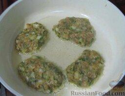Мясные оладьи: На разогретую сковороду с растительным маслом выложите ложкой мясные оладьи.